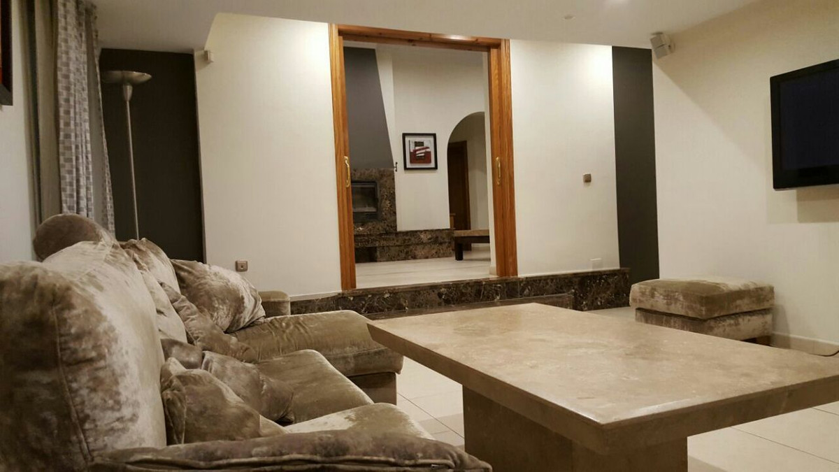 Villa con 7 Dormitorios en Venta Elviria