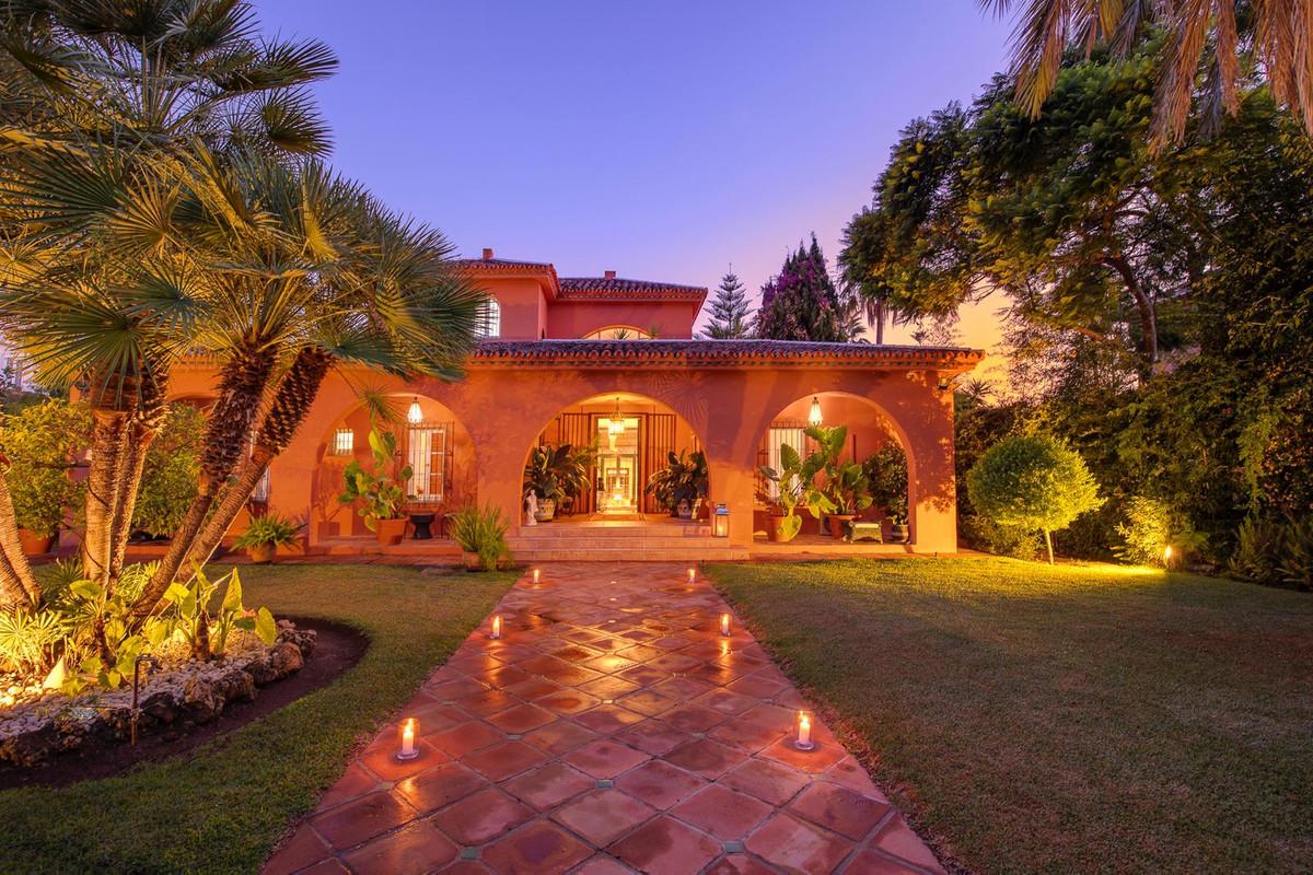 Detached Villa for sale in Nueva Andalucía R3689756