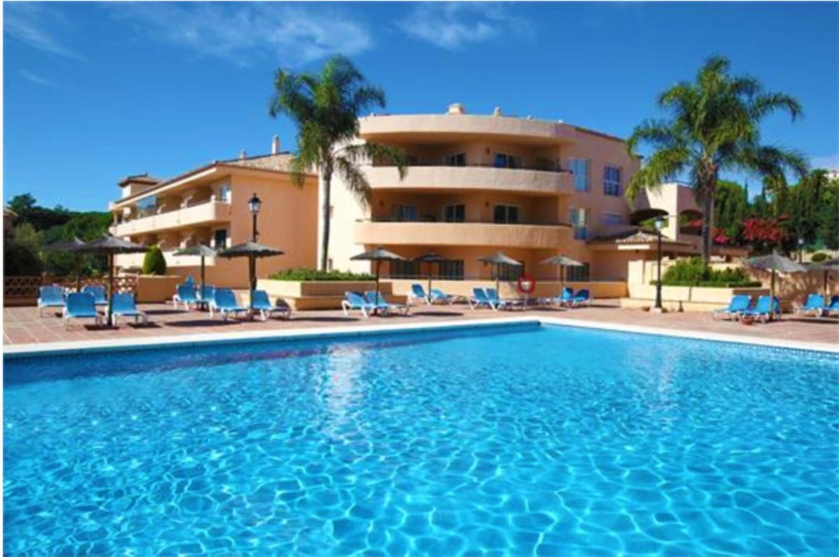 Middle Floor Apartment for sale in Elviria R3530947
