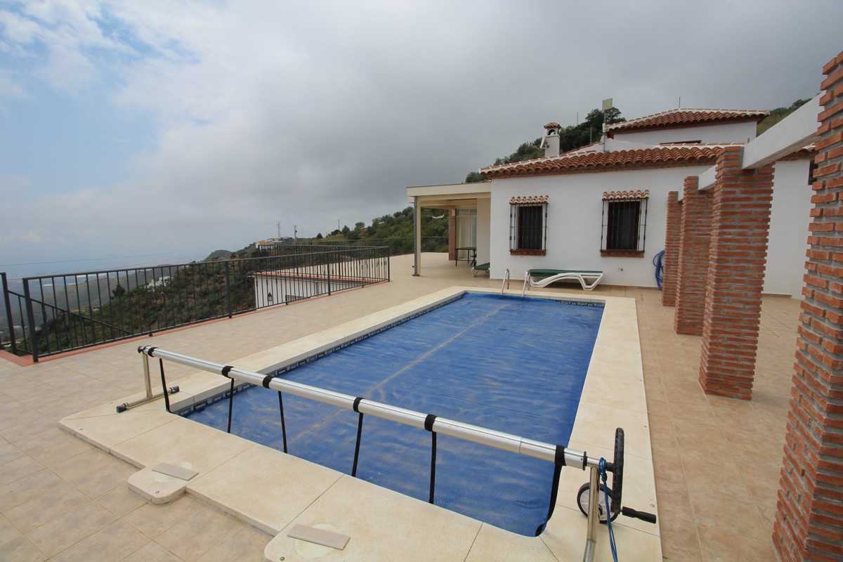 Wonderful Villa with sea views, in the municipality of Arenas. The property has a total construction,Spain