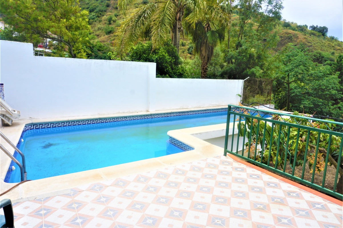 Spacious village house of 200 m2 with many possibilities. It is located at the Rìo Bermuza, along a ,Spain