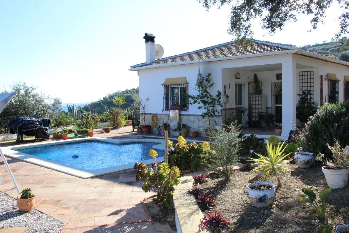 Wonderful Villa in Alcaucin. The property has a constructed area of 135 m2, on a plot of 3278 m2. Th,Spain