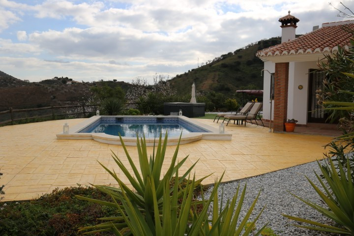 This beautiful estate, situated in Arenas, has a total constructed area of 103 m2, built in 2006 in ,Spain