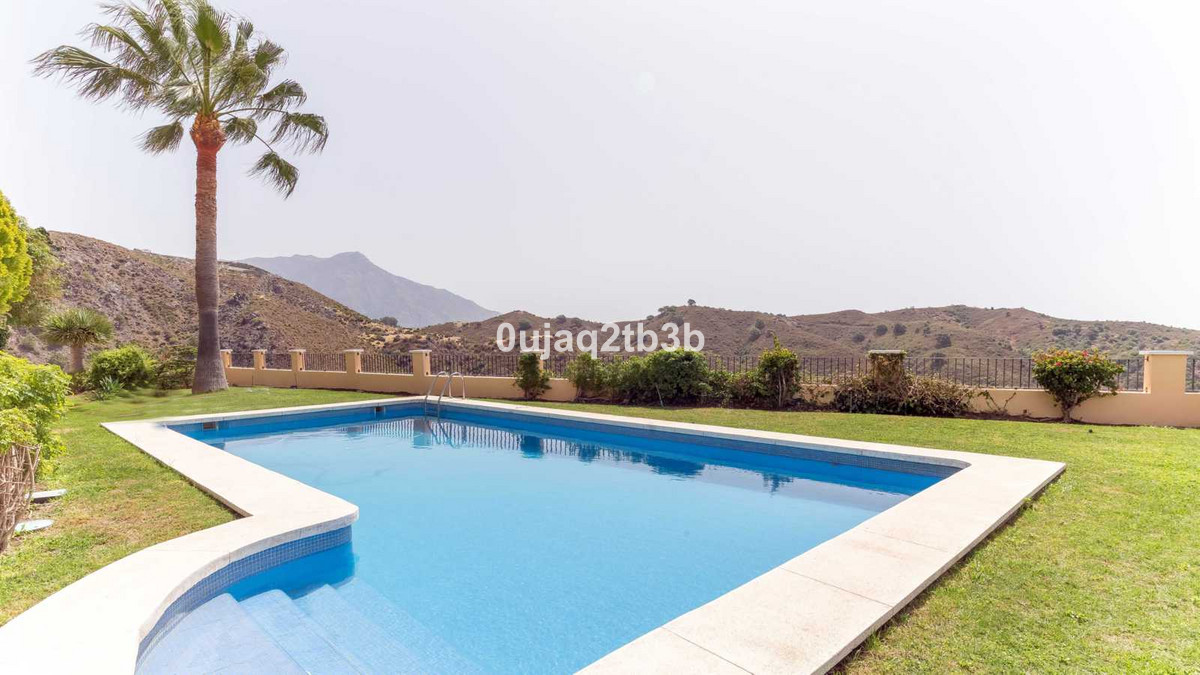 Stunning villa in closed gated complex with sea and mountain views. The house was built to the highe,Spain