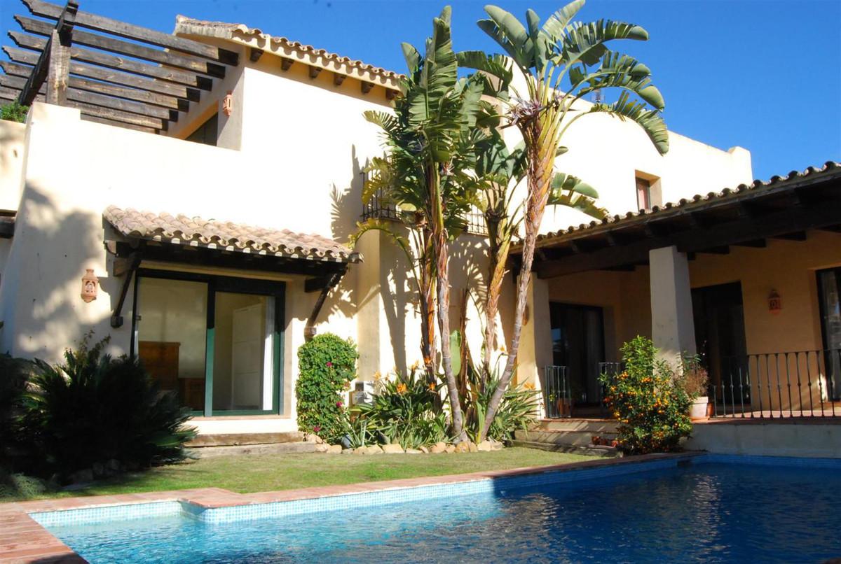 Villa, Independiente en venta y en alquiler en Estepona