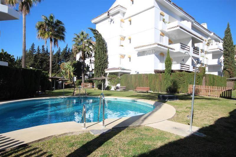 Apartment  Middle Floor for sale   in Guadalmina Baja