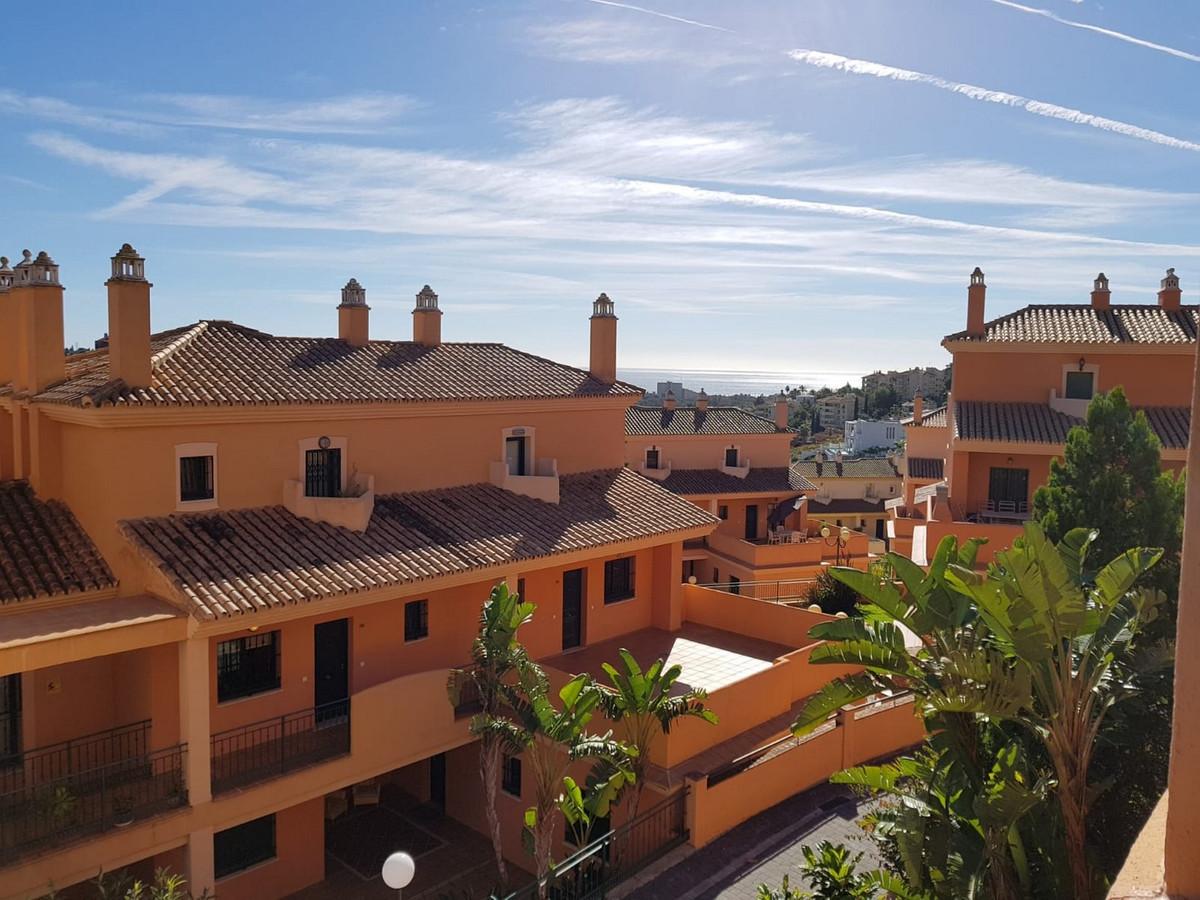 Apto situado en urb. muy demandada en Elviria con bonitas vistas al campo de golf y parciales al mar,Spain