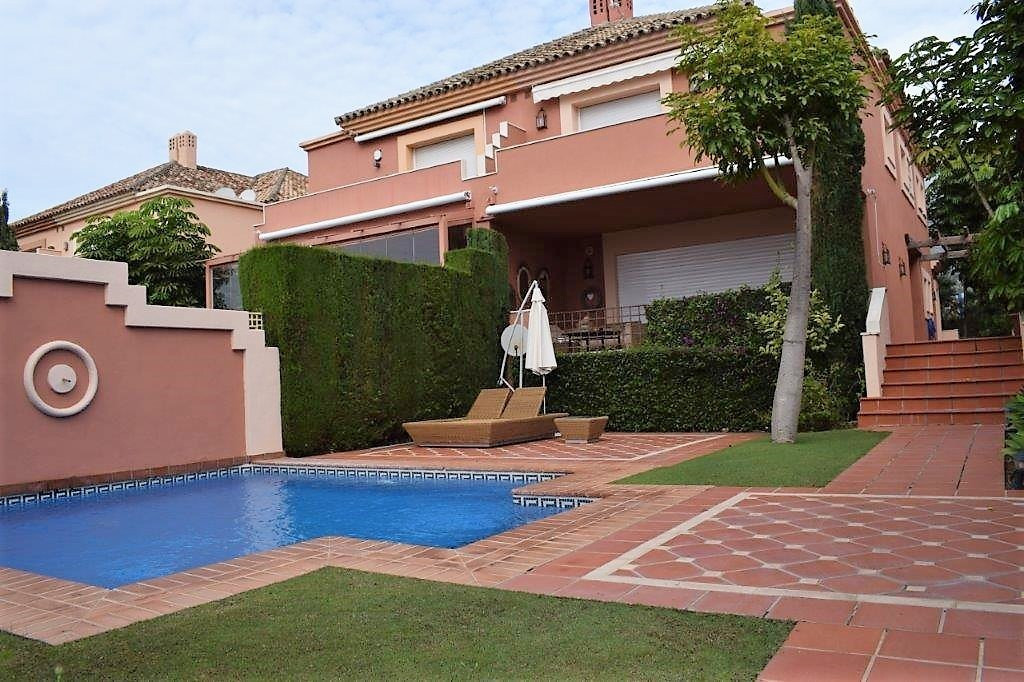 - SEMI-TOWNHOUSE OF 4 BEDROOMS IN ALTOS DE PUENTE ROMANO -  Fantastic 4 bedroom villa located on the,Spain