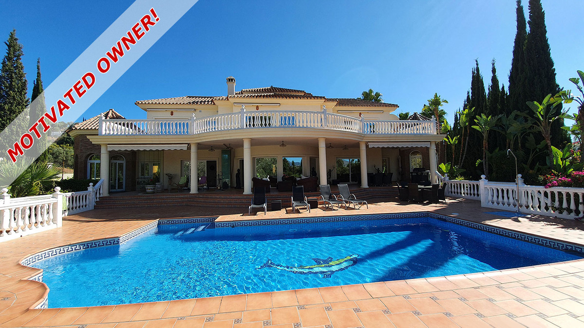 OWNER KEEN TO SELL! Magnificent and charming villa with lot of character for sale on the golf course,Spain
