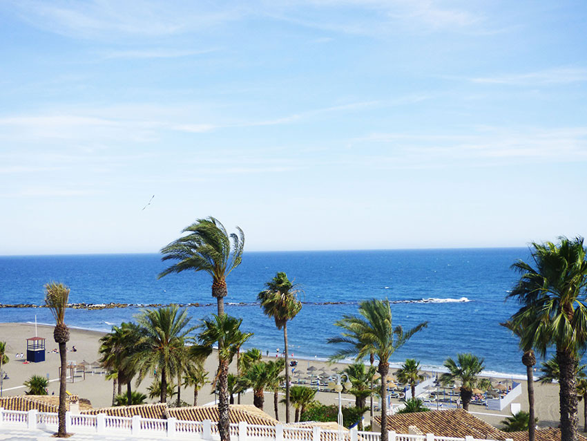 For sale, TOP FLOOR 3 beds, 1 bath apartment very close to the beach in Benalmadena Costa. It consis,Spain