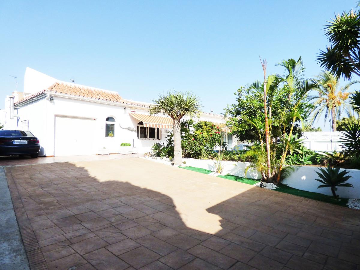Modern Villa on one level in perfect condition located in a nice urbanization near Arroyo de la Miel,Spain