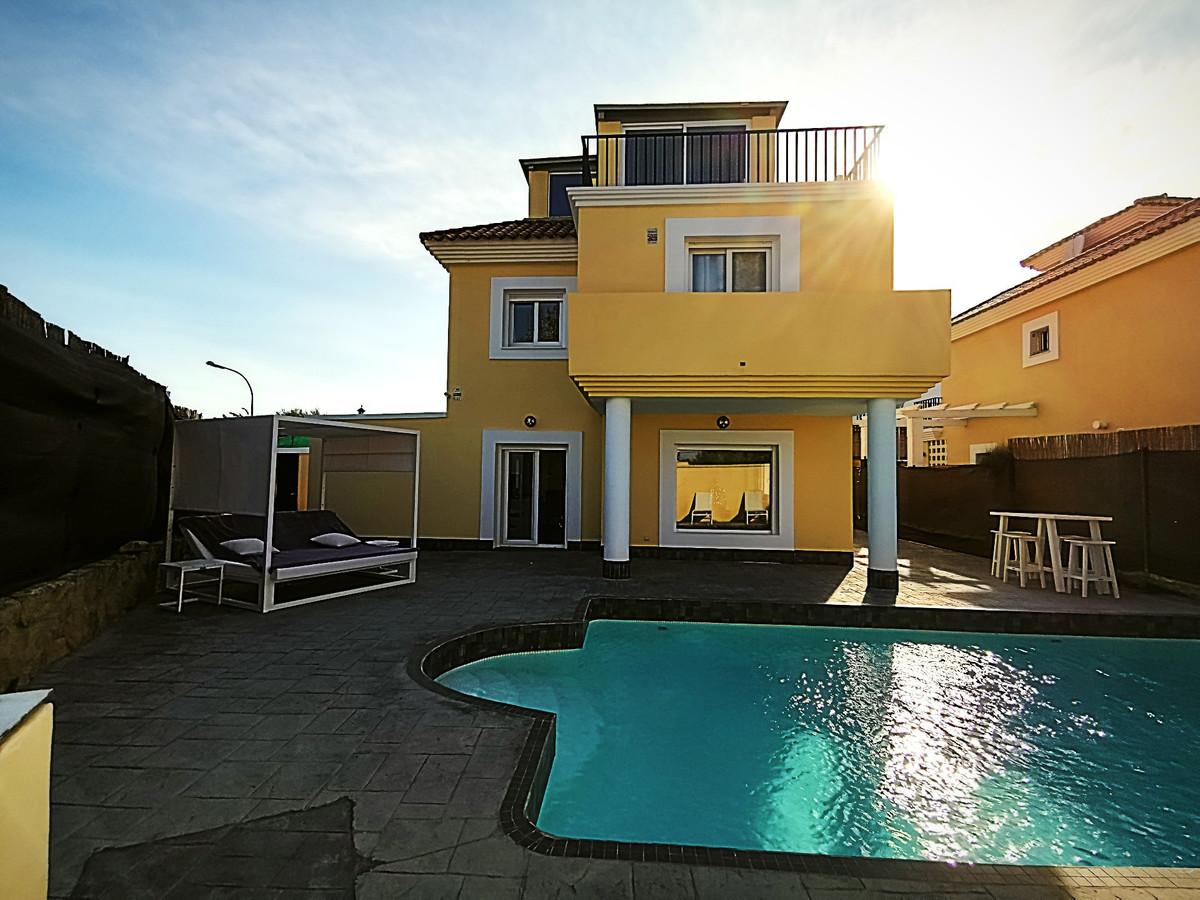 Fabulous three-bed independent villa for sale in San Luis de Sabinillas. The Villa has its own garde,Spain
