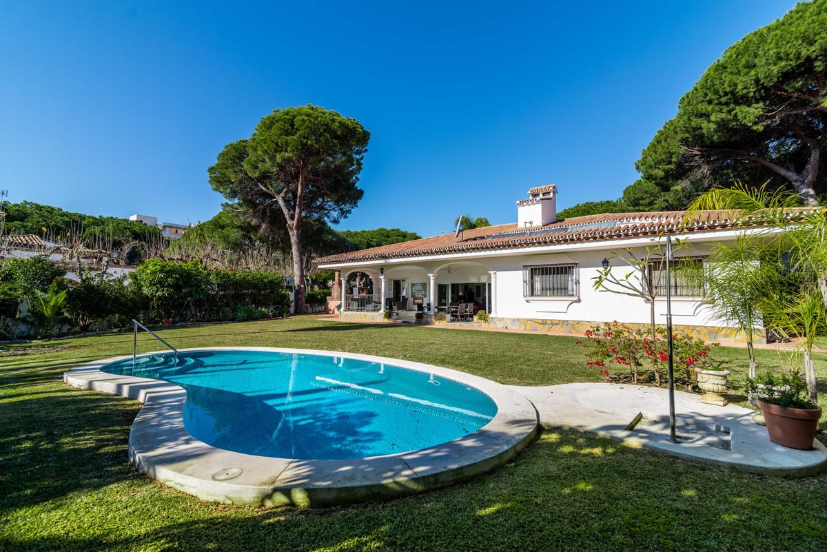 Detached Villa for sale in Estepona R3772114