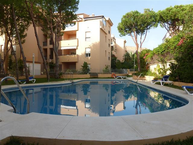 Beautiful and cosy three bedroom apartment. It's located in a quiet urbanization on Elviria&apo,Spain