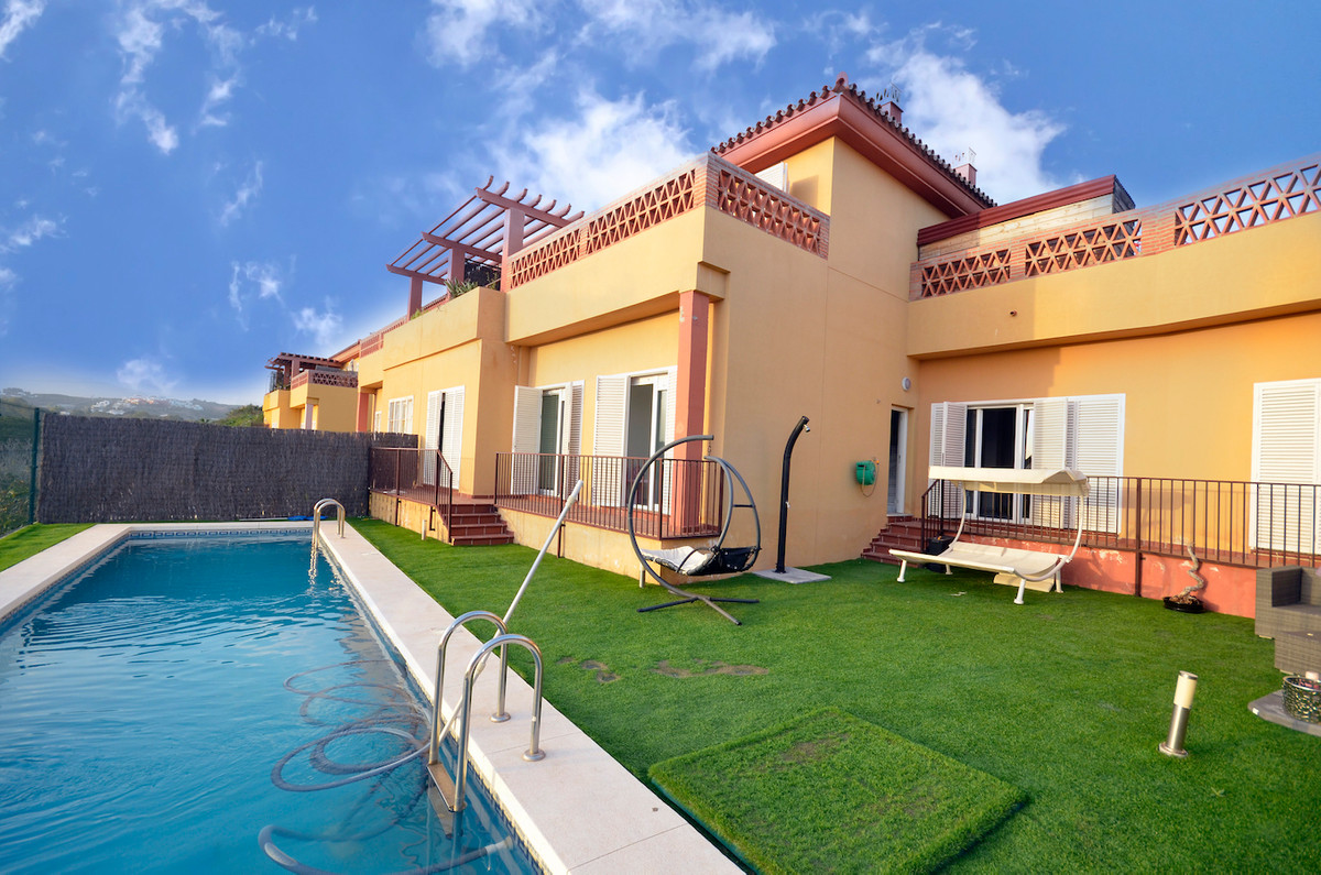 Immaculate 5 BEDROOM TOWNHOUSE laid out over 3 floors with a top solarium offering SEA VIEWS. Well w,Spain