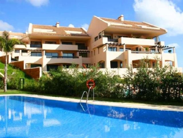 This very bright apartment is located in Calahonda in a gated private complex with communal swimming,Spain