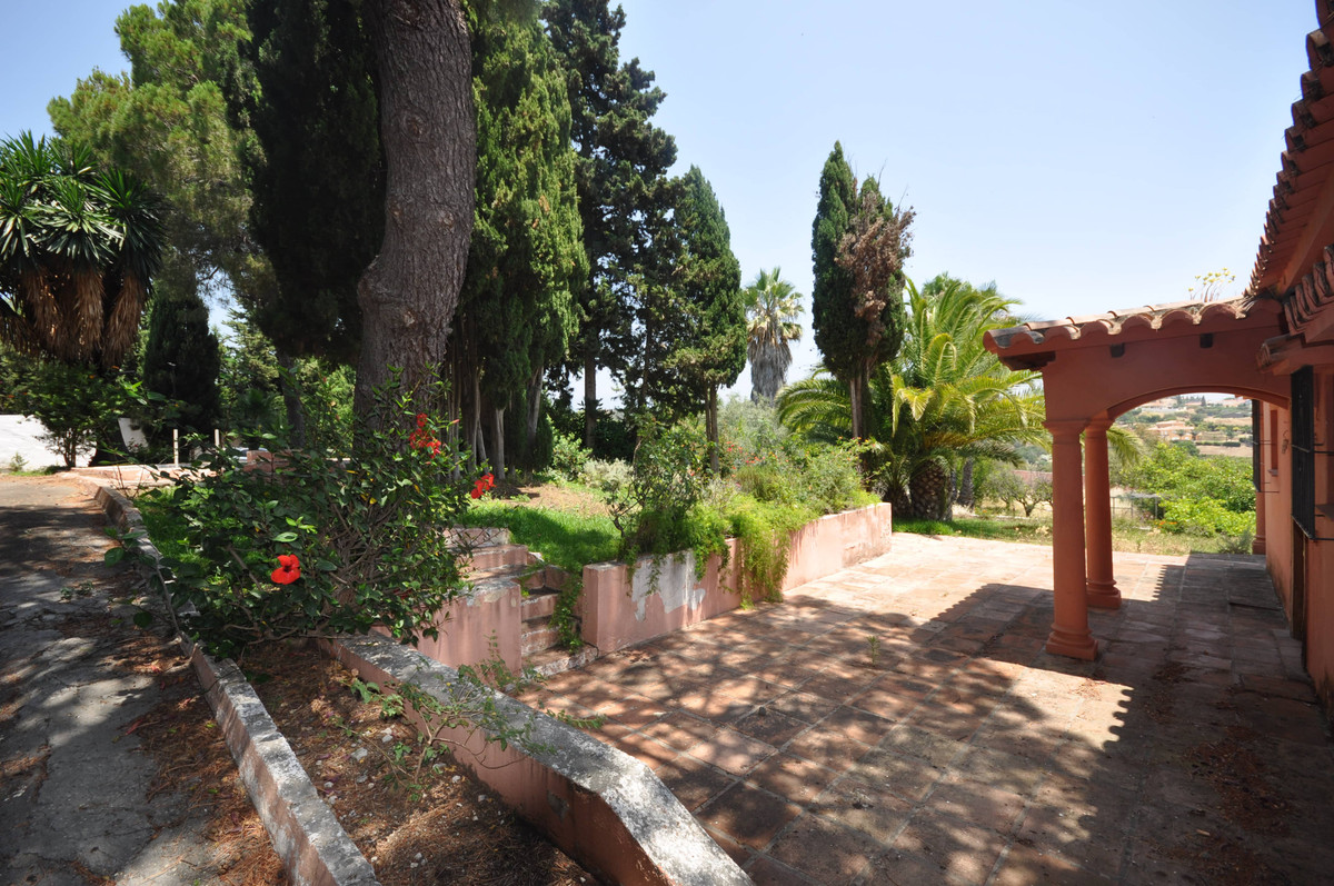 A country property, yet only 3 km form the main coastal highway and 4Km from Estepona, set in the ar,Spain