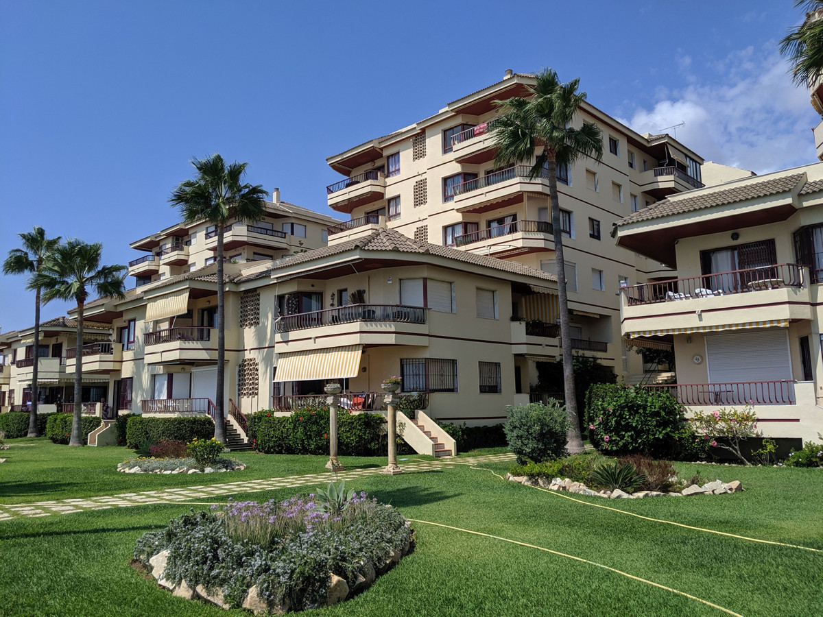 BANK PROP!!!. This front line apartment is located in the popular urbanisation of Riviera del Sol. L,Spain
