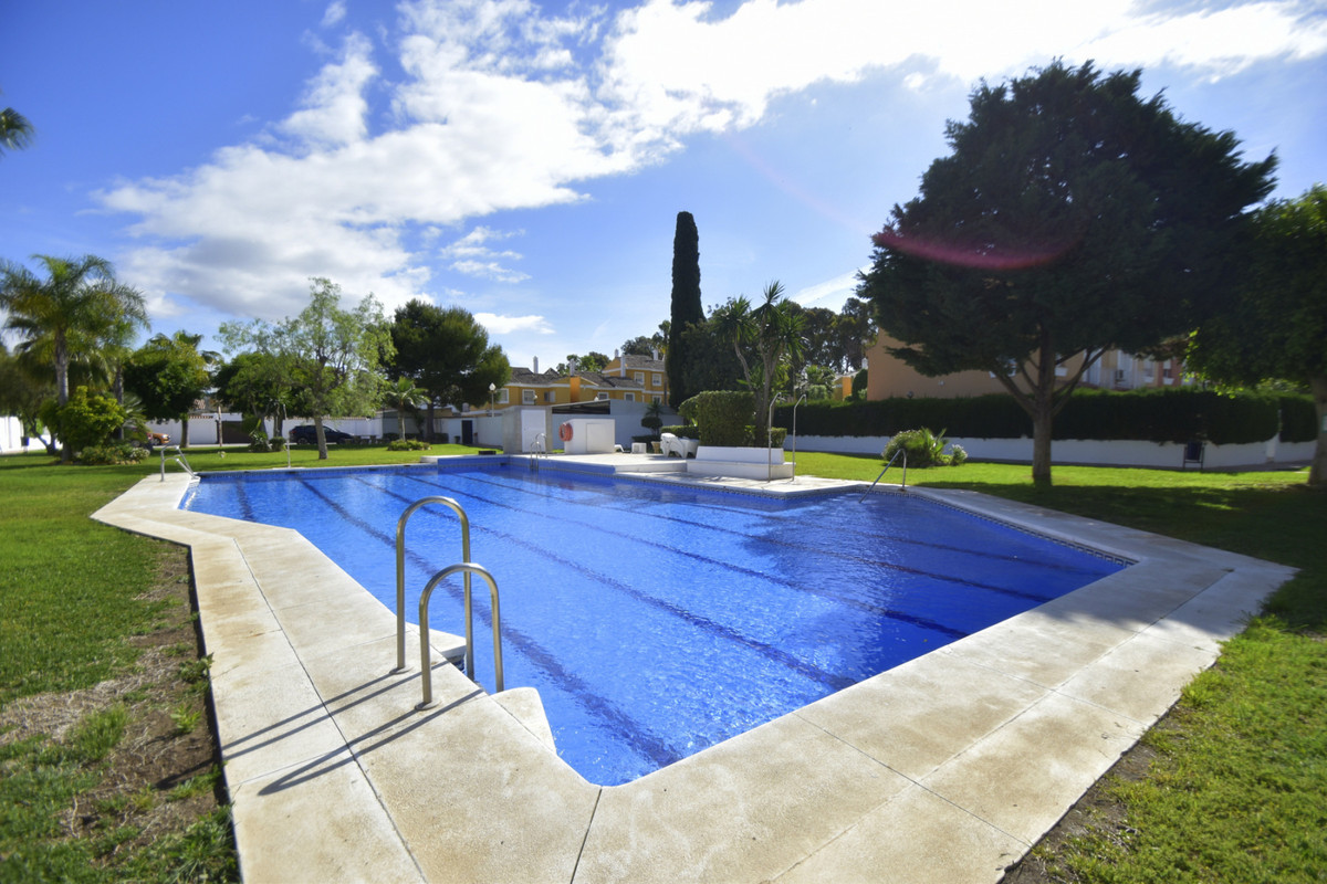 Fantastic semi-detached house on the corner in excellent location 200m from the beach and golf cours,Spain