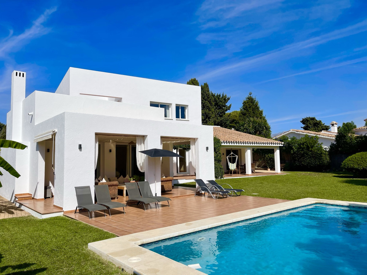 BEAUTIFUL 5 BED HOME, MINUTES WALK FROM THE BEACH, WITH PRIVATE LARGE SUNNY GARDEN  LONG TERM RENT €Spain