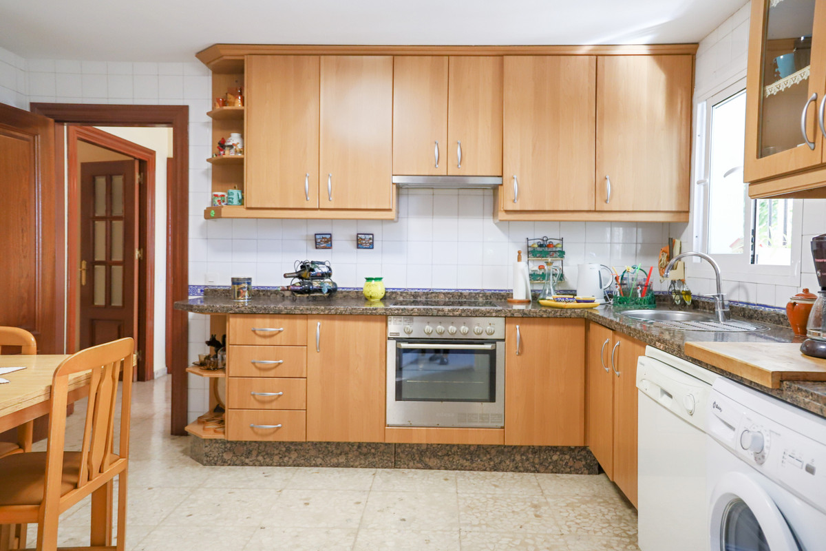 House in Aloha R3733435 12