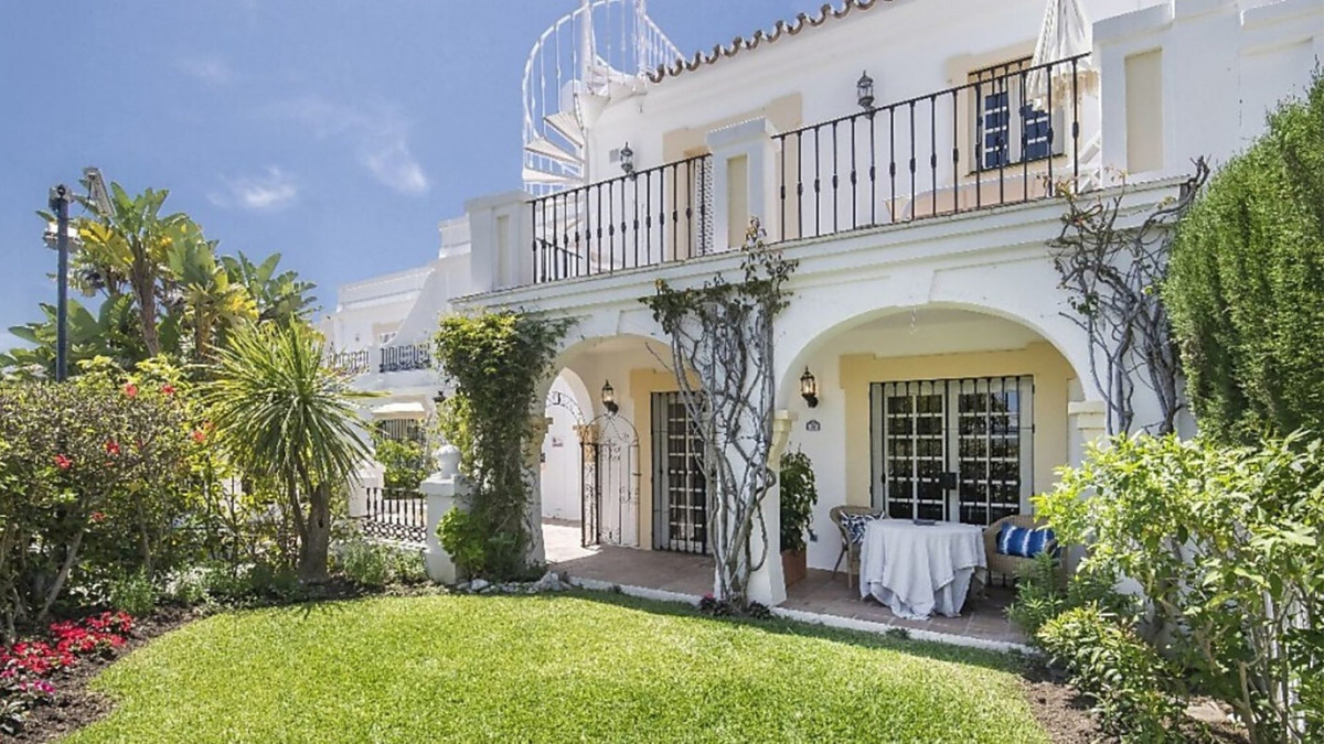 Renovated townhouse in popular Aloha Pueblo. This Property have a nice sea view over the mediterania,Spain