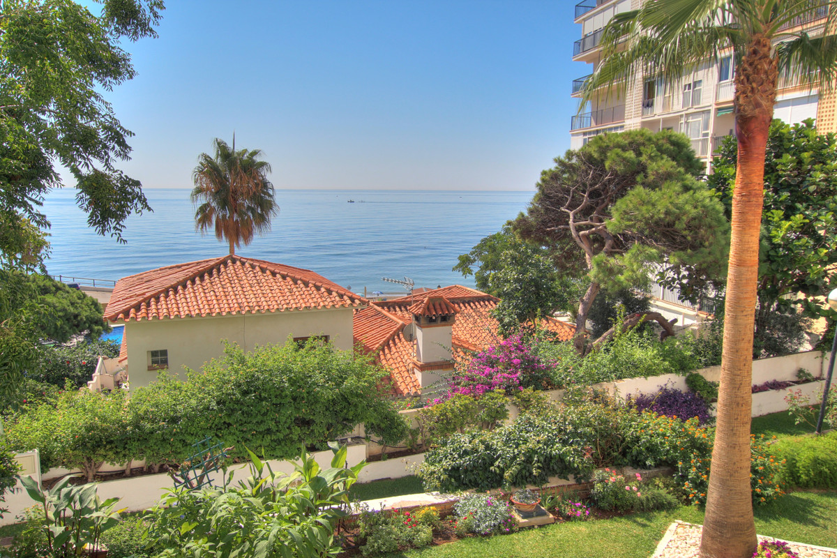 If ypou are looking for a good investment on the beach, this is the opportunity. Large apartment on ,Spain