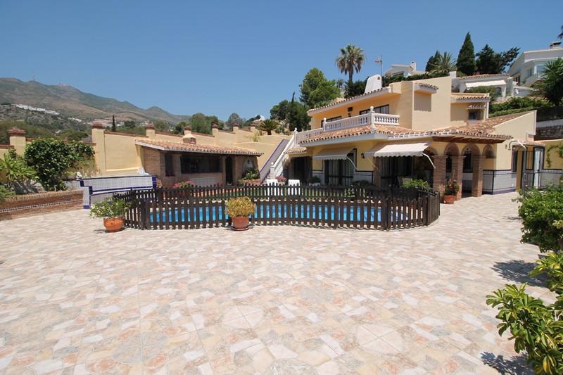 Beautiful refurbed three bedroom two bathroom villa for sale in Torremuelle, Benalmadena Costa. Priv,Spain