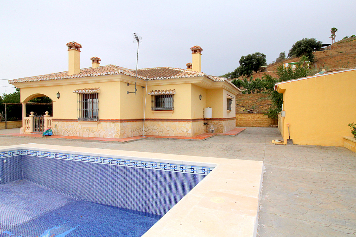 FOR SALE Country house 90m2, 3 bedrooms on 1 level on a plot of 9,753 m2. 46m2 pool. Beautiful views,Spain