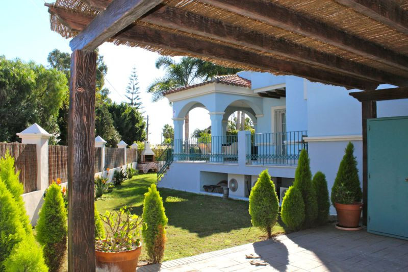 Classical and modern design blended together have resulted with a charming semi-detached residence l,Spain