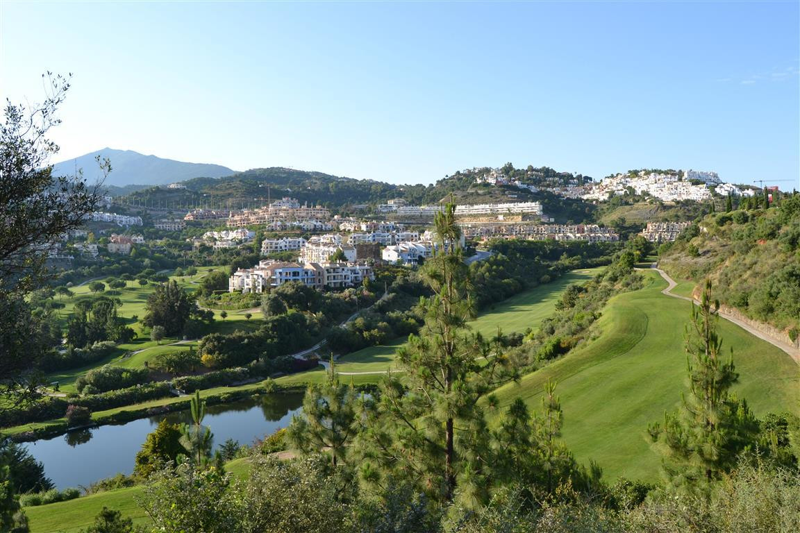 Beautiful apartment in the sought after area of Los Arqueros Golf Country Club set off the Ronda Roa,Spain