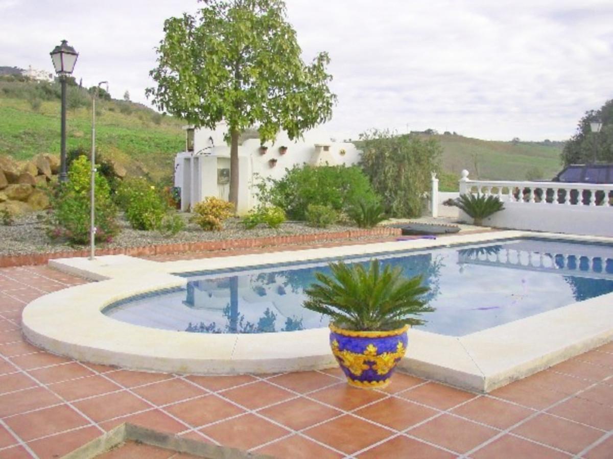 House in Alora R3569632 12