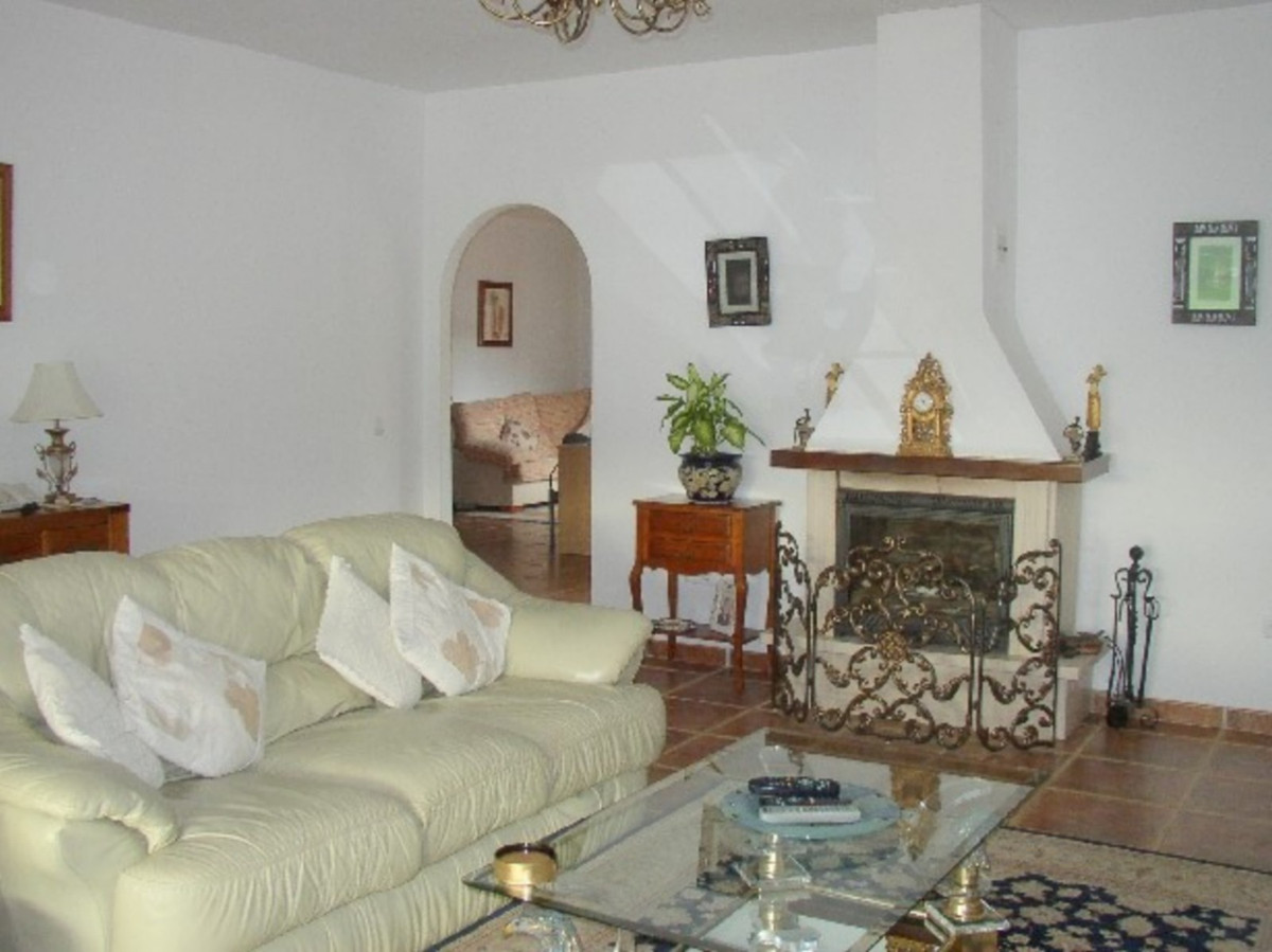 House in Alora R3569632 5