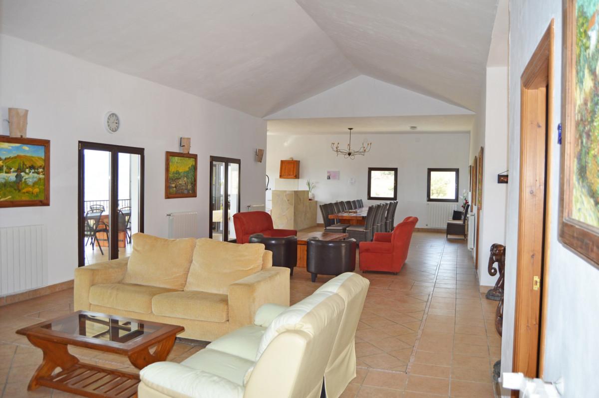 House in Alozaina R3660998 9