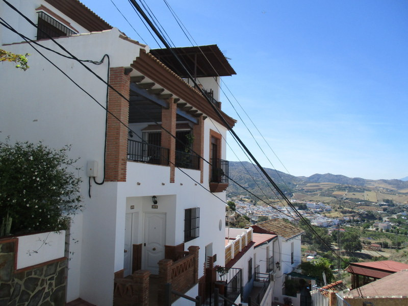 Luxury townhouse located in a very pretty street in a prestigious area of Alora pueblo.   On enters ,Spain