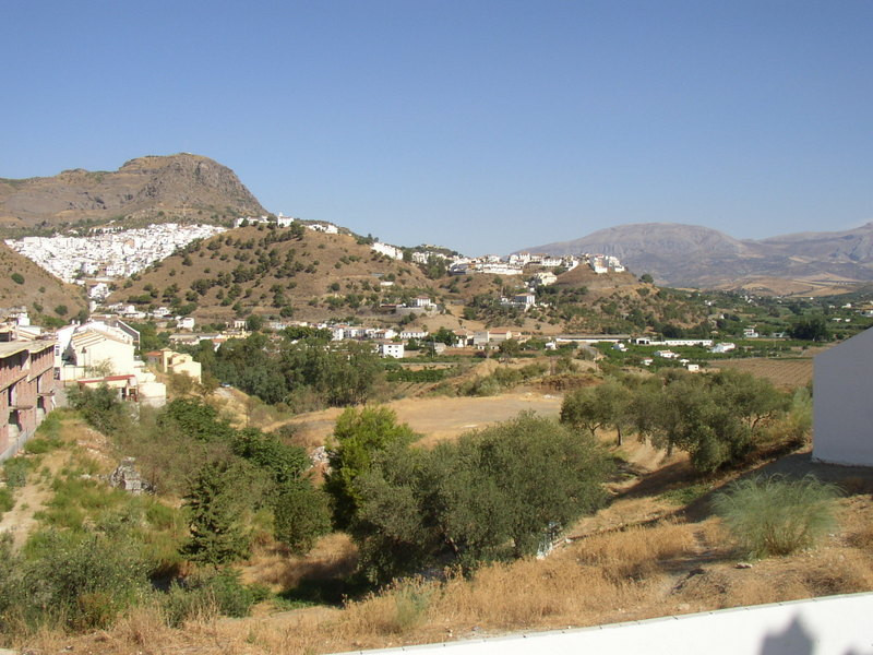 Quality built townhouse situated in a quiet but central street of Barriada el puente, Alora.   The a,Spain