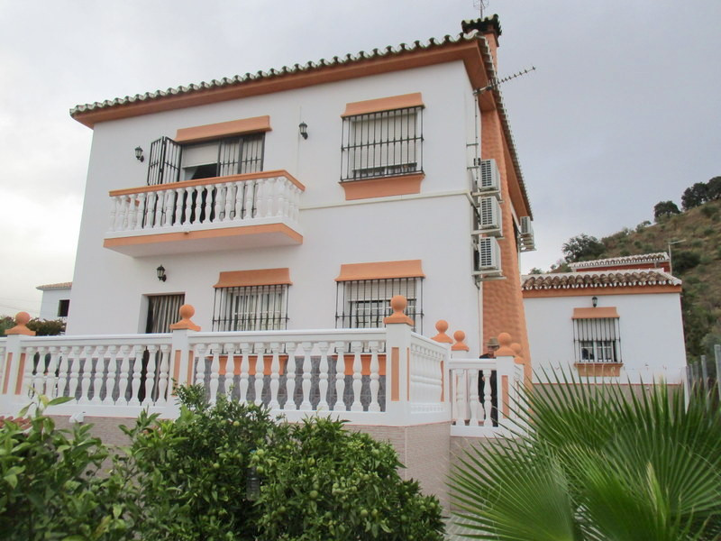 This quality built 5 bedroom, 2 bathroom detached villa enjoys an enviable location in a small Hamle,Spain