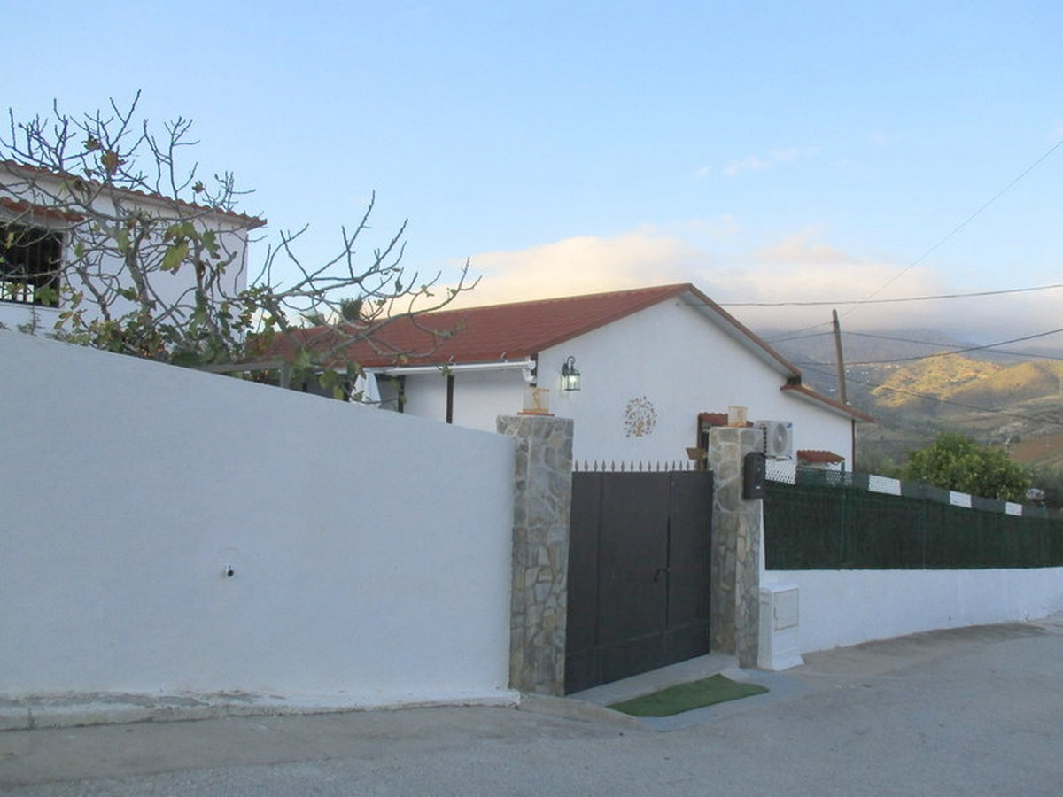 Spacious detached village house enjoying a corner position on the edge of the village of Bermejo. Bu,Spain