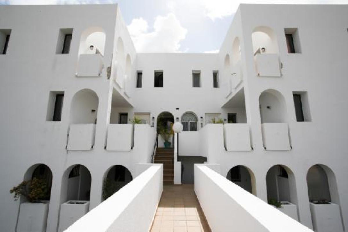2 Bedroom Middle Floor Apartment For Sale Sotogrande, Costa del Sol - HP3716126