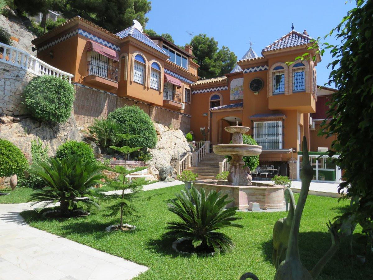 Villa  Independiente en venta  y en alquiler   en Málaga