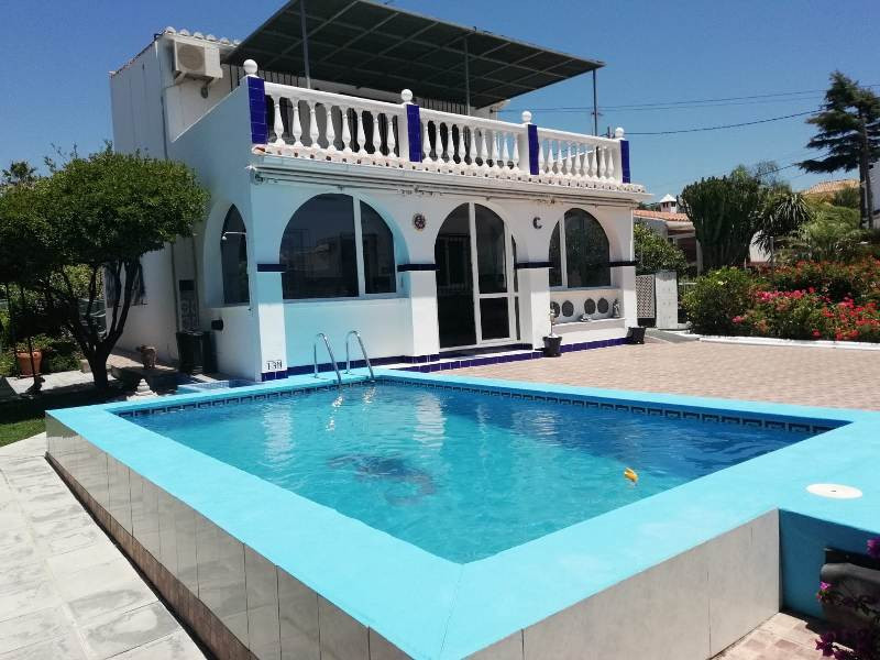 Opportunity close to beaches and amenities! Family villa located between Estepona and San Pedro de A,Spain