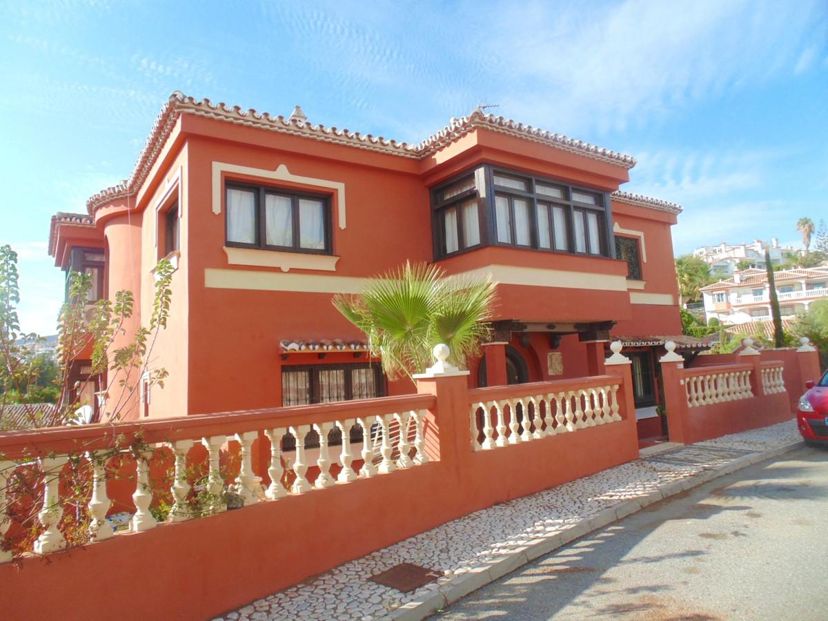 Imposing villa at less than 400 metres walk to the beautiful beaches, shops and restaurants, and lesSpain