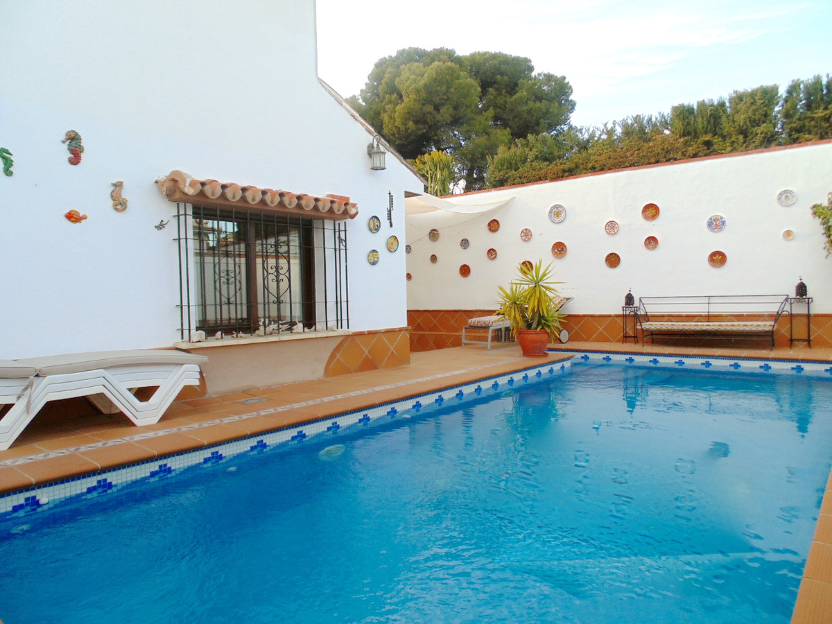 Top quality detached villa in immaculate condition enjoying a superb location in central Arroyo de l,Spain