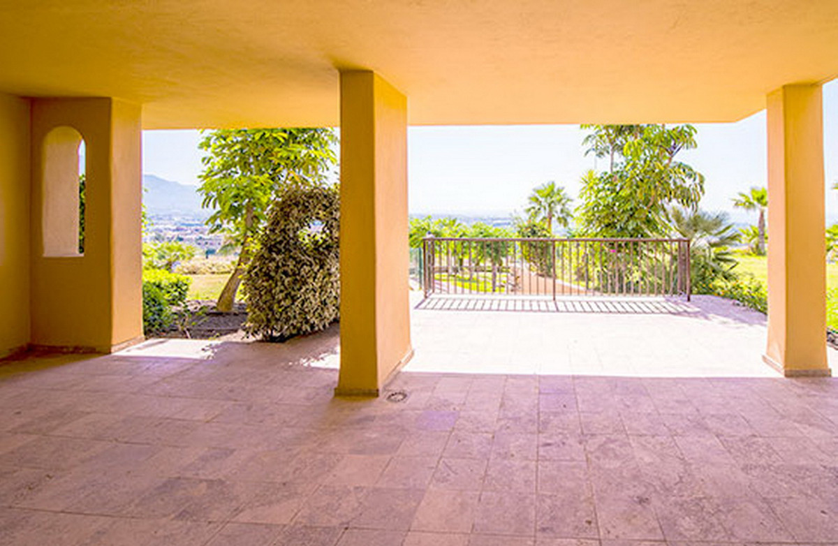 Middle Floor Apartment, Benahavis, Costa del Sol. 2 Bedrooms, 2 Bathrooms, Built 112 m².  Setting : ,Spain