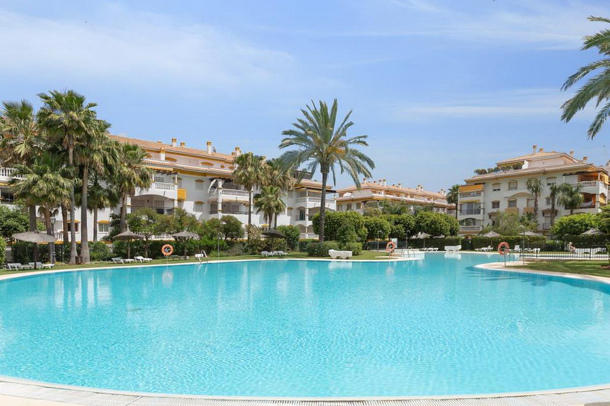 Middle Floor Apartment, Nueva Andalucia, Costa del Sol. 4 Bedrooms, 3 Bathrooms, Built 114 m².  Sett,Spain
