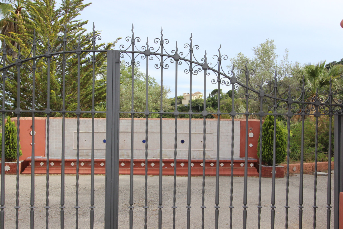 Plot For Sale in El Madroñal, Benahavis