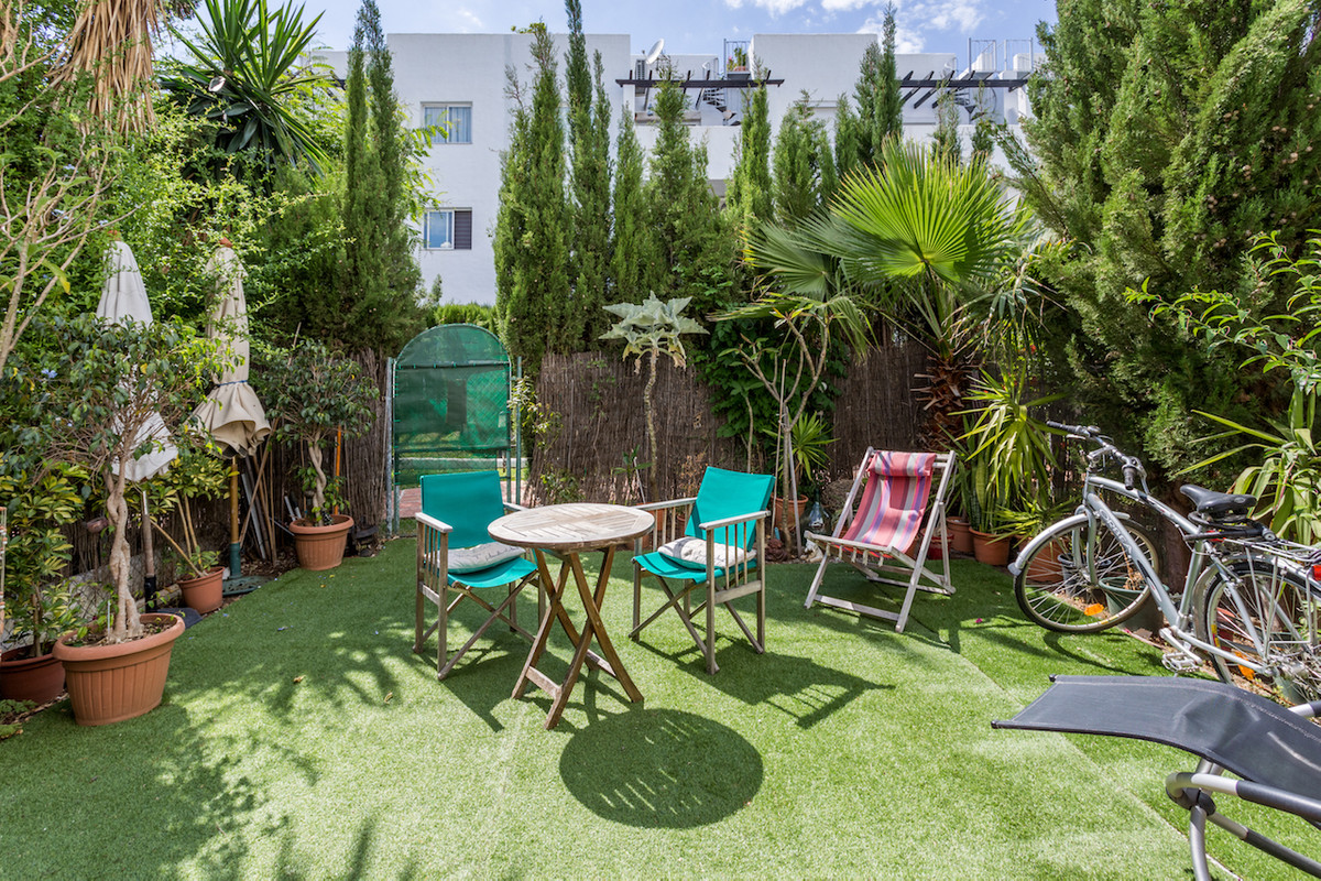Garden apartment next to commercial area at El Paraiso Medio  This charming garden apartment settles,Spain