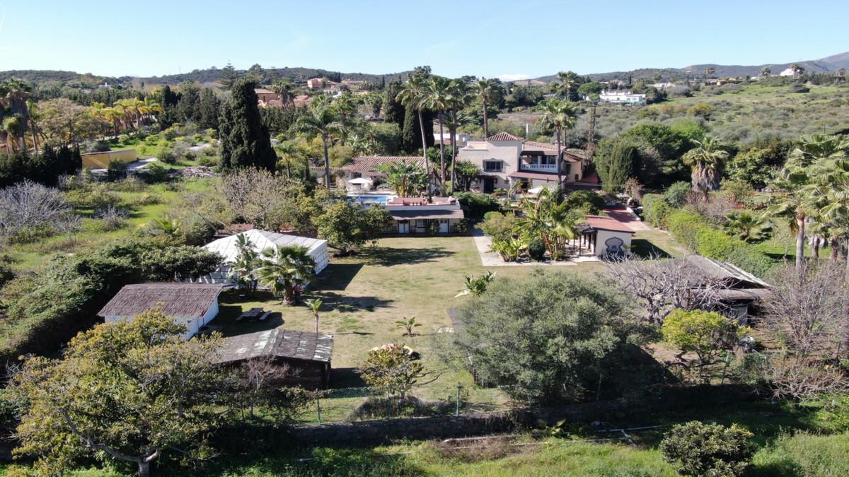 Villa, Finca  for sale    in Estepona