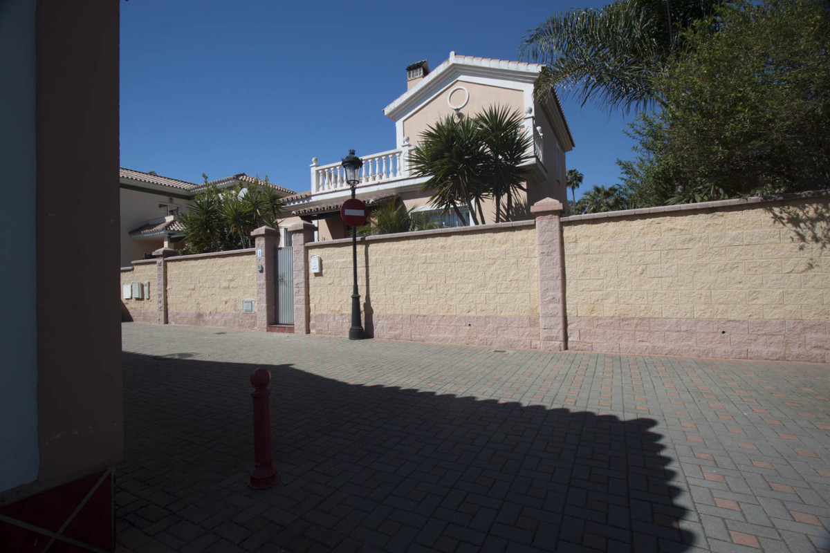 Very bright villa located just a  5 minutes walk away from the sea and 15 minutes from the marina of,Spain