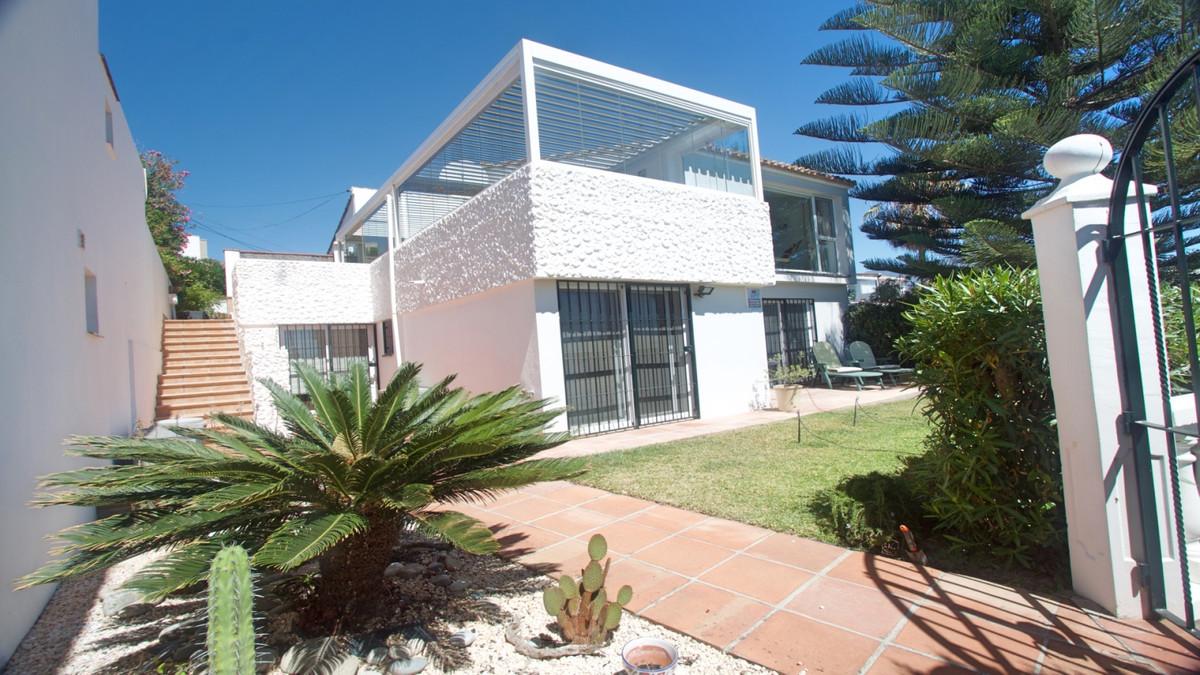 Beautiful Villa for sale in Estepona located in the area of ??Bahia Dorada, in a magnificent urbaniz,Spain